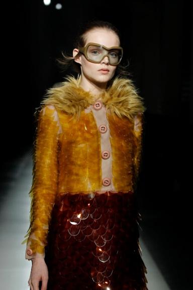 """Máxi escamas da Prada, inverno 2011. Marc Jacobs, Dolce & Gabbana e Gareth Pugh também apostaram nos máxi paetês de plástico, simultaneamente. No Brasil, a """"tendência"""" do """"sereísmo"""" veio depois."""
