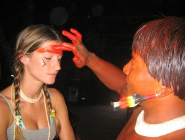 Gisele Bündchen e um índio do Xingu.
