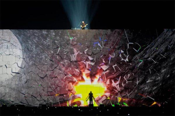 Tocava Comfortably Numb. E então Roger Waters vira-se de costas e bate no muro. Inicia-se uma projeção que simula a quebra do muro e início de um novo mundo. (Depois o muro é de fato quebrado). O que importa? As fronteiras (os muros limítrofes) são cada vez mais tênues, dado o poder da comunicação.
