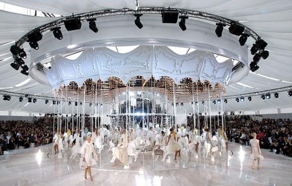 The Louis Vuitton carrousel. Engrenagens em movimento contínuo: a engenharia permite que a moda não pare.