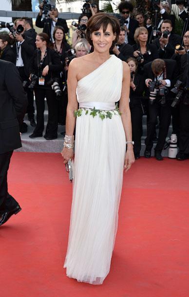 Look em Cannes de Ines de la Fressange. Referência grega e cinto literalmente ecológico.
