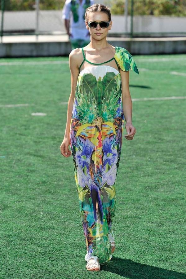 Meu vestido preferido por causa da ombreira-armadura de uma guerreira feminina e tropical, metade fortaleza, metade sensualidade.