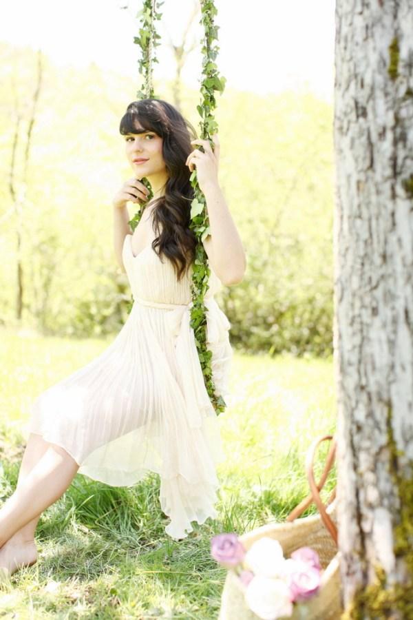 Alix, a Cherry Blossom Girl, em um balanço de hera.