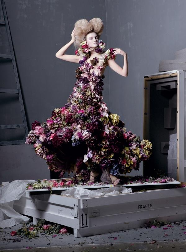 Caroline Trentini com um vestido de flores aplicadas que ficou famoso em 2007 (já tem cinco anos...).