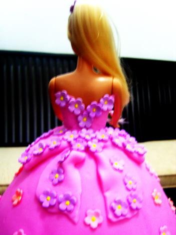 Um vestido de biscuit para a Barbie. Com aplicações de flores! Típico do artesanato e da confeitaria de bolo.