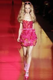 A boneca Barbie usa muitos vestidos com flores aplicadas. No 50º aniversário da boneca, deu-se um desfile homenageando-a. Aí um vestido relacionado.