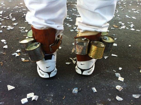 Calçados falsificados (Adidas, Nike, etc.) recebem o cano alto dos chocalhos em mini-tambores. Ou eram as barras das calças ou as meias?