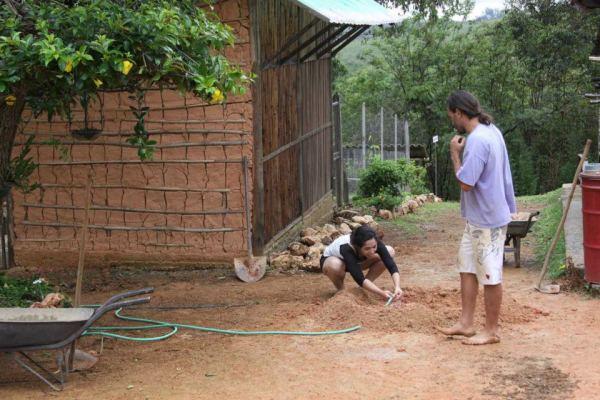 Eu e Marconi, proprietário e idealizador do Sete Ecos. Estava preparando o reboco da casa: 50% terra, 50% areia e água à gosto.
