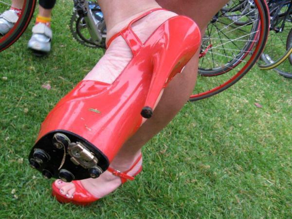 Sapato de salto alto específico para pedalar.