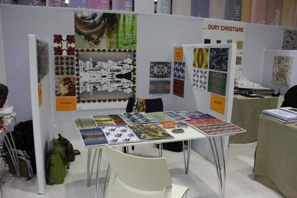 Stand da Babi Avelino: estampas multicoloridas e multifacetadas.