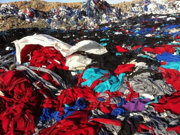 Tanto retalho indo para os lixões e aterros sanitários! E o Brasil ainda importa esse lixo de outros países. Por que? Mecanismos de coleta de retalhos são incipientes em nosso país.