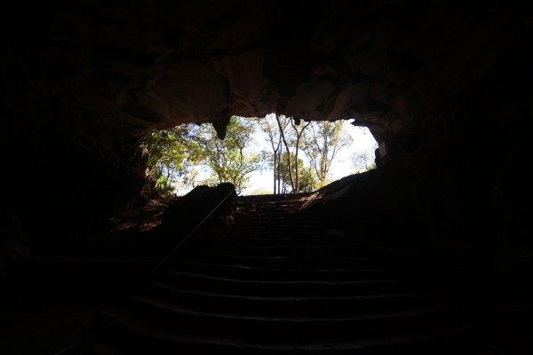 """A entrada da gruta, vista pelo lado de dentro. Parafraseando uns versos de D. H. Lawrence, """"infelizmente a gente olha pelo lado errado do longo telescópio do tempo."""" Todas as fotos são do Bruno Lourenço."""