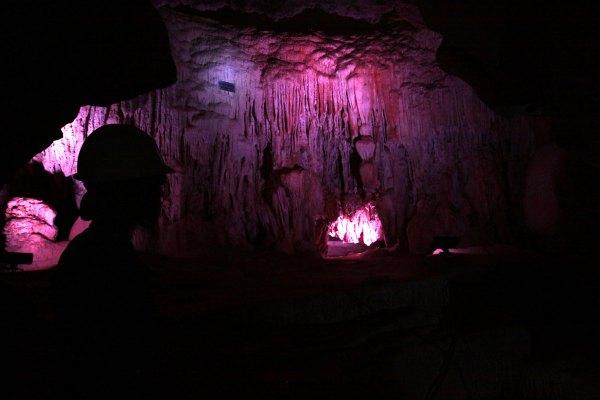 Formações minerais (muita calcita...) na Gruta da Lapinha. O rosa é iluminação.