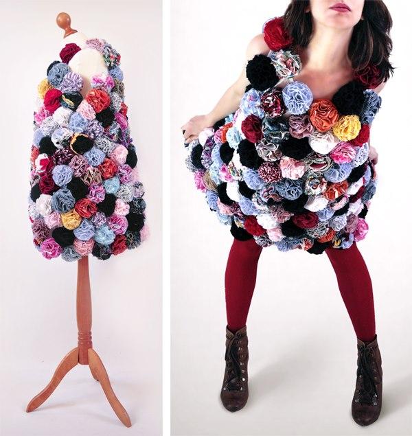 Vestido feito com pompons de retalhos.