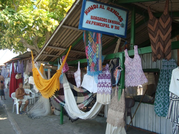 Moda de rendas em Raposa. Os homens tecem redes, as mulheres tecem roupas.
