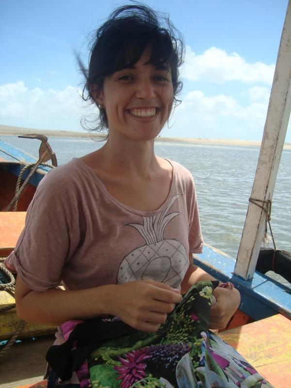 Eu aí em mares maranhenses, vestindo camiseta de algodão orgânico da Zara e com uma ecobag com estampa dos jardins de Inhotim.