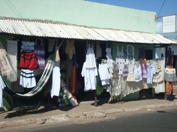 Fachada de loja do corredor das rendas em Raposa.