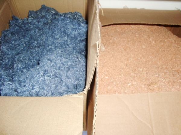 Jeans triturado e resíduos de madeira da própria cadeira (foram doados pelo Senai Cedetem).