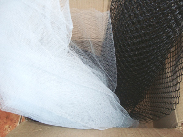 Três metros de tule azul claro e dois metros de tela de plástico.