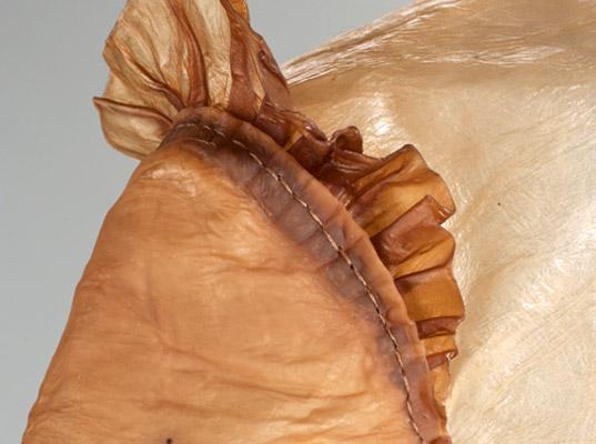 Detalhe do acabamento das roupas com tecido feito por bactérias.