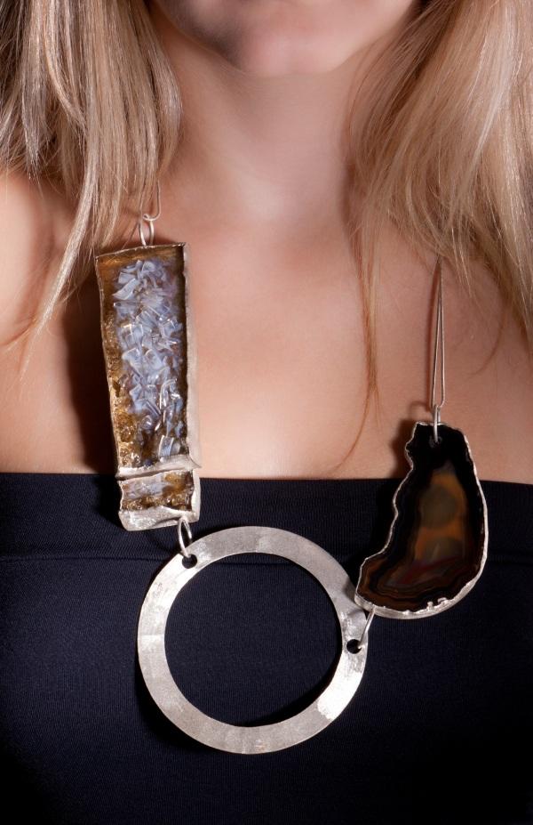 Colar em prata reutilizada, gema artificial de PET reciclado e ametista com pequena trica, da designer de joias Virgínia Costa Val.