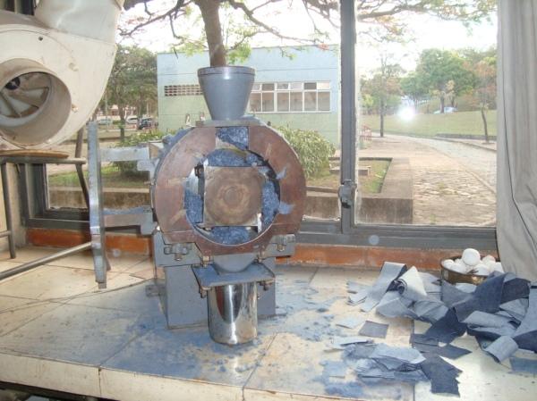 O moinho de facas aberto, com os retalhos de jeans doados pela Patogê.