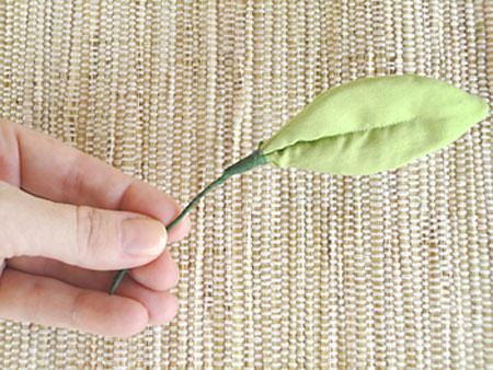 Folha em tecido. O artesanato é também uma forma de reciclar materiais descartados, como retalhos.