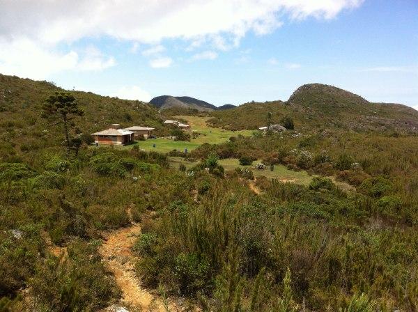 Vista do Terreirão: área de camping, de pic-nic, com banheiros (com chuveiro, vasos limpos e papel higiênico).
