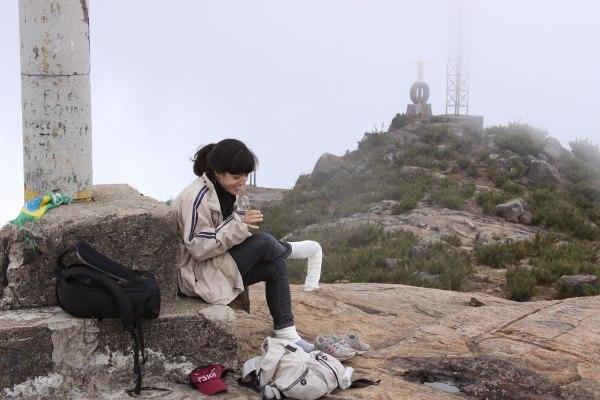 Calçando as polainas de lã (que são resultado de uma obra de arte cinética de outra artista) no topo do Pico da Bandeira, a quase 3.000 metros de altitude.