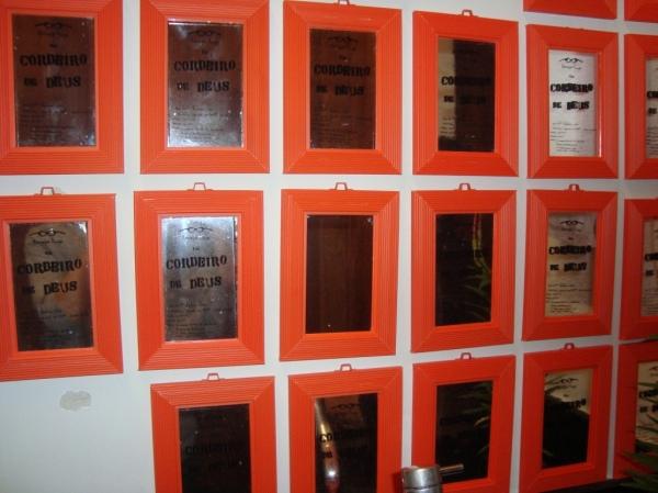 Cordeiros de Deus multiplicados nos espelhos do banheiro.