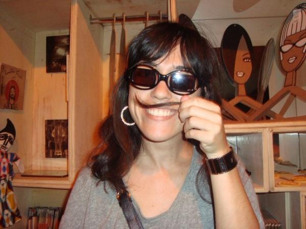 Ronaldo Fraga = óculos + bigode + legenda de si mesmo.